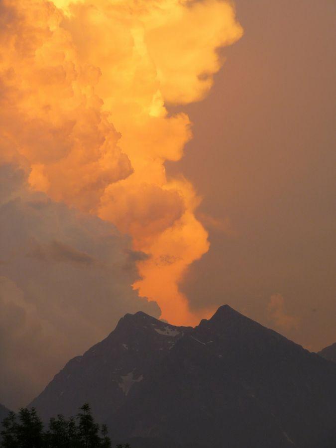Jeux de nuages au couchant sur les pics d'Aret et de Tramezaigues - vallée d'Aure Hautes-Pyrénées