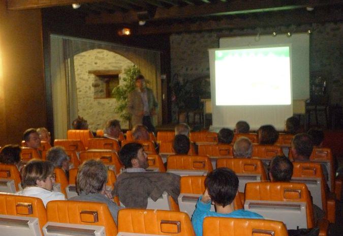 Le directeur du parc National des Pyrénées, Gilles Perron, présentant la charte du parc à Saint-Lary