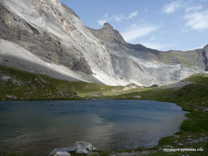 Lac et muraille de Barroude dans les Pyrénées
