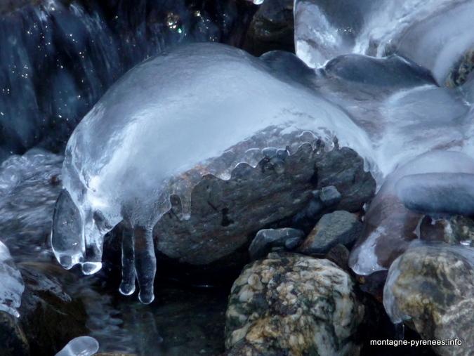 sculpture de glace créée par le ruisseau d'Ourtigué vallée d'Aure Hautes-Pyrénées