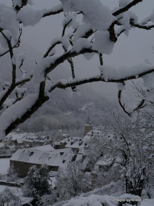 Village de Guchan en vallée d'Aure (Hautes-Pyrénées) blotti autour de son clocher
