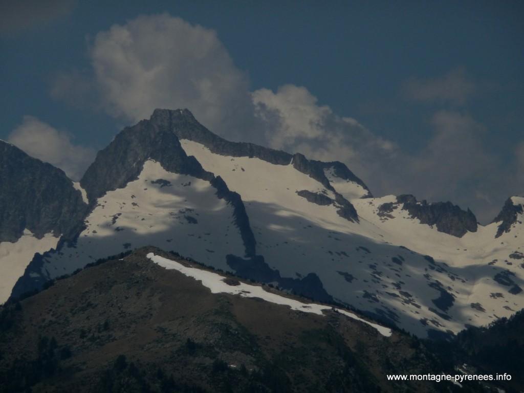 Massif du Néouvielle sous la neige d'été dans les Pyrénées