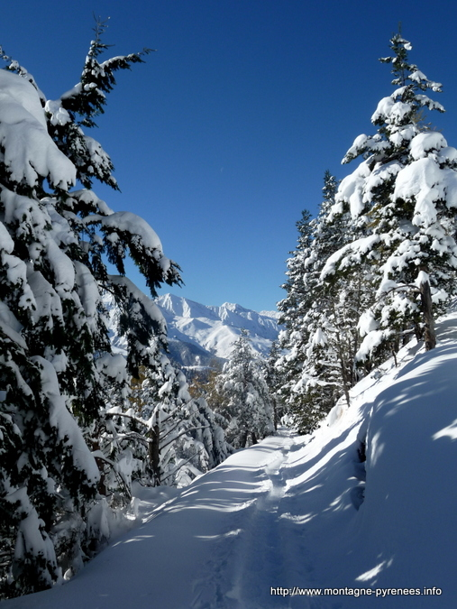 Entre Louron et Larboust dans les Pyrénées enneigées