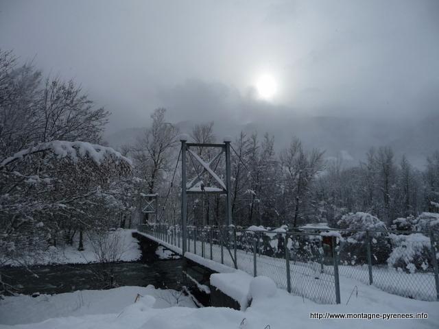 passerelle sur la neste d'Aure dans les Pyrénées