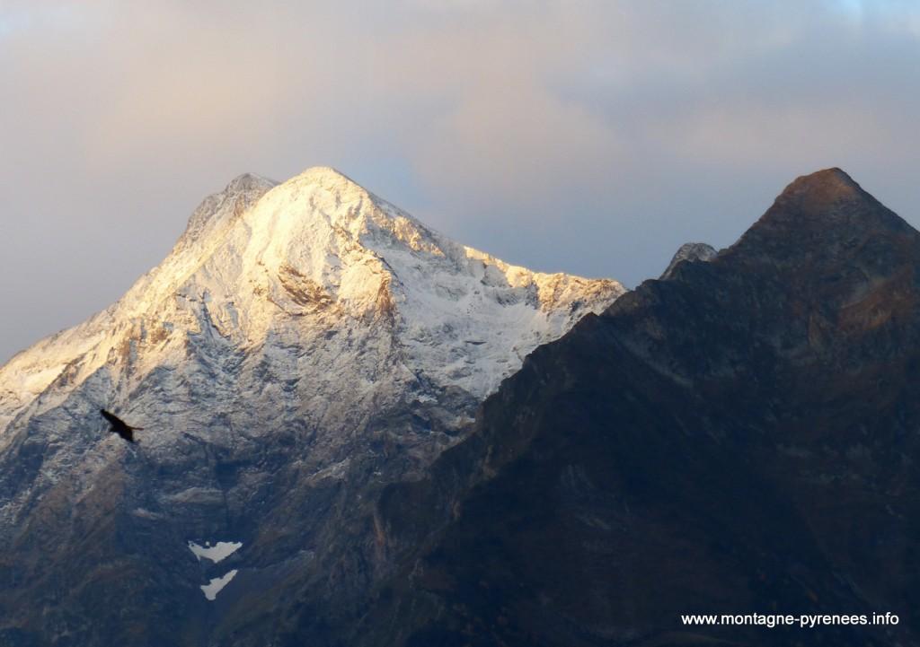 pic d'aret sous la neige d'automne en vallée d'Aure Pyrénées