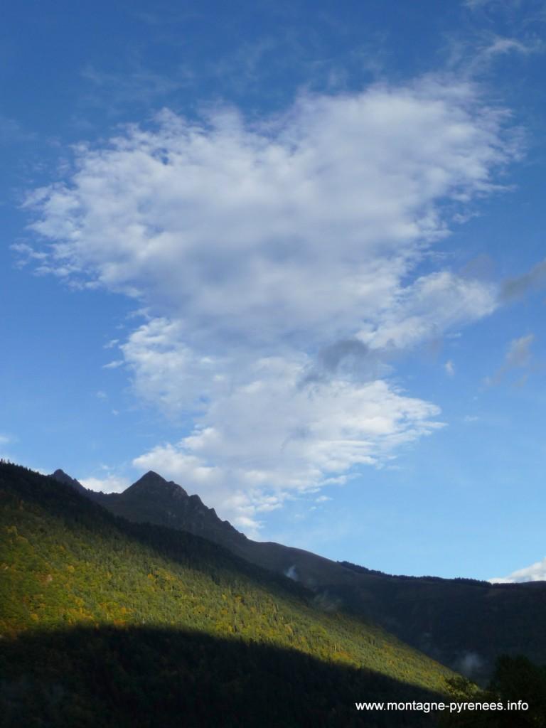 nuage semblant un skieur sur l'arbizon en vallée d'Aure Hautes-Pyrénées