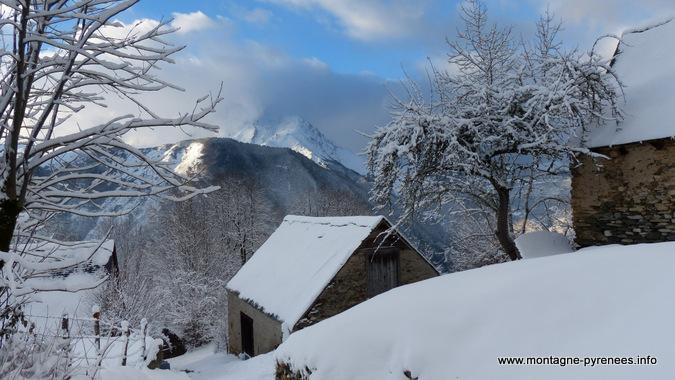 granges du val de camparan en vallée d'Aure Pyrénées