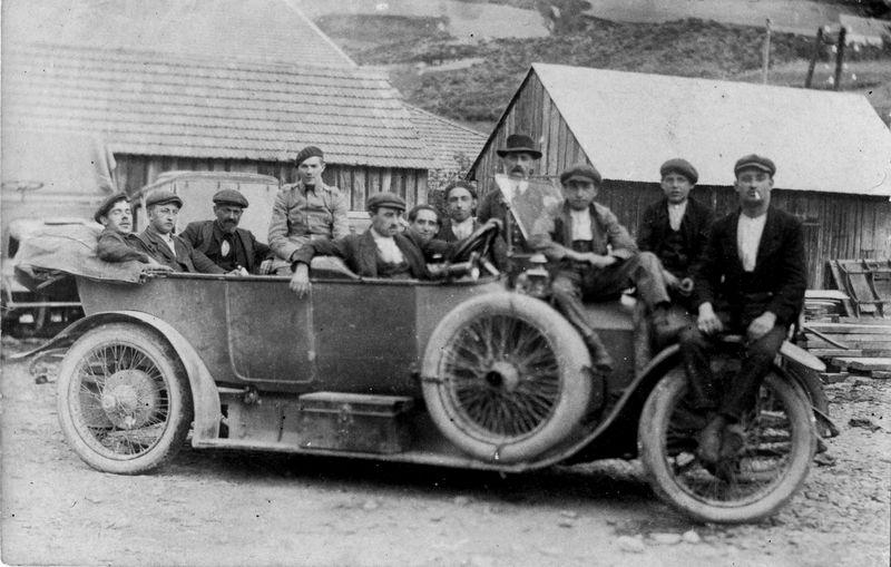 Groupe de personnes sur voiture